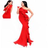 Une robe de soirée rouge de sirène d'épaule