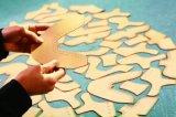 Científicos avanzados y máquina de cortar el patrón de papel Digital