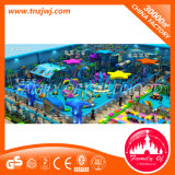 Patio de interior de la selva del castillo travieso comercial de la gimnasia para los cabritos