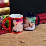 Ragazza di bellezza sulla tazza di ceramica di colore come regalo speciale