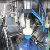 Completare la riga di riempimento dell'acqua pura da 5 galloni