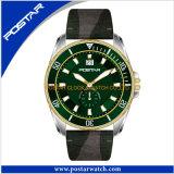 卸し売り水晶は革バンドの水晶腕時計を見る