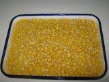 Enlatado de oro dulce del núcleo de maíz en la botella de cristal