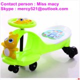 プラスチック音楽小型車のおもちゃ、車を滑らせている子供の赤ん坊