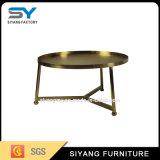 O lado tabela das tabelas de vidro do lado do ouro a tabela moderna do compartimento
