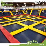Gimnasia de salto extrema de interior del trampolín de la gran diversión