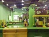 Campo de jogos interno da casa de árvore com a estrada para carros das crianças