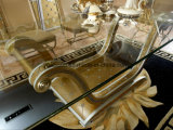 0016金カラー手によって切り分けられる古典的なコーヒーテーブル