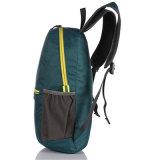 Montagna impermeabile su ordine che fa un'escursione il sacchetto di campeggio esterno di sport dello zaino