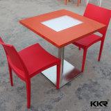 家具の人は作った大理石の固体表面のコーヒーテーブルの上(171106)を