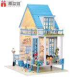 Casa miniatura de madera hecha a mano de DIY con los juguetes educativos para los cabritos