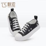 PU-Leder Form der Kinder schnüren sich oben die verursachenden weißen Turnschuh-Schuhe