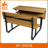 Двойные стол и стенд школы с открытым случаем книги и черной рамкой металла