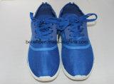 青い甲革が付いている子供のズック靴