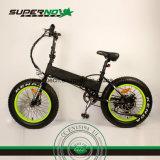 يطوي درّاجة كهربائيّة