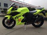 Motociclo che corre la bici di sport del motociclo della bici sulla motocicletta del motore di benzina della strada