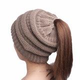 Cappello sudicio del Beanie della protezione del Ponytail del panino lavorato a maglia cavo molle di stirata delle donne alto (HW131)