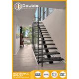 Escadas de madeira do aço inoxidável com a escadaria moderna dos trilhos
