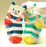 最も新しいキャンデーの鮮やかで快適な赤ん坊の綿のソックス