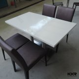 高い光沢のある黒い固体表面の上のダイニングテーブルは4シートとセットした