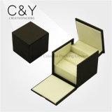 Пластичная коробка обручального кольца обернутая черной бумагой мягкого касания
