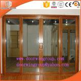 A porta de correr em alumínio cor de madeira