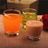 飲む方法様式のガラス多彩なティーカップ