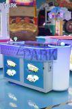 동전에 의하여 운영한 전투 기어 게임 기계가 위락 공원에 의하여 농담을 한다