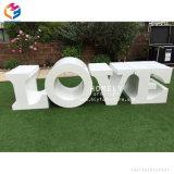 Chaleureux de gros de décoration en bois blanc mariage amour Lettre Table