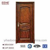 عالة خشبيّ ينحت باب تصميم لأنّ دار