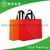 L'abitudine colora il sacco di carta del regalo non tessuto della caramella con la maniglia