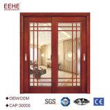 Interior francês moderno do estilo que desliza a porta do vidro da madeira contínua