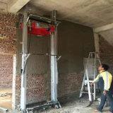 構築は機械を塗るコンクリートの壁に用具を使う