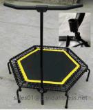Im Freieneignung-Gerät, das sechseckige Trampoline mit Griff-Stab springt