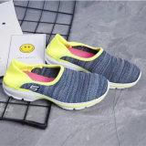 Los zapatos ocasionales de los más nuevos de las mujeres deportes respirables del Slip-on al por mayor modifican para requisitos particulares (MB7092)