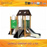 Equipo al aire libre del patio en el poste de madera plástico para los niños