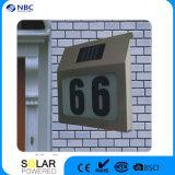 Дом под руководством номера двери солнечной энергии солнечного света на стене