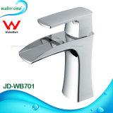 浴室の白および金によってめっきされる滝の洗面器の蛇口