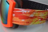 Изумлённые взгляды сноубординга упорного съемного объектива скреста молодости спортивный