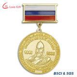 Les militaires attribuent la médaille en métal avec le ruban