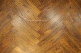 旧式な手によって擦られる中国のチークの堅材のフロアーリングの寄木細工の床