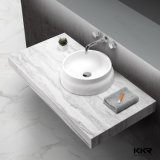 A sala de jantar de pedra artificial contador acima da bacia de lavagem das mãos