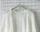 Bianco che lavora a maglia cardigan sottile per le donne