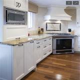 木製のベニヤの台所家具が付いている赤いラッカー