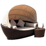 Muebles al aire libre de mentira del patio del Daybed de la base de la rota del hotel del jardín/de la playa de mimbre de la piscina del sofá