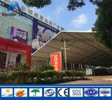 Tienda grande del pabellón de la exposición para la publicidad del partido del festival