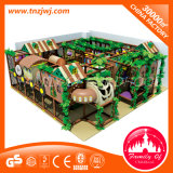 Campo de jogos interno da área de jogo do miúdo com corrediça da câmara de ar