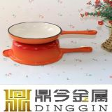 鍋を調理する三本足の植物油の鋳鉄