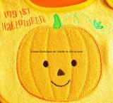 Продукция OEM подгоняла вышитые конструкцией Bibs фидера младенца Терри хлопка празднества Halloween тыквы