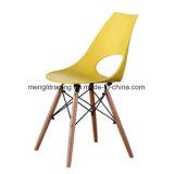 Baratos moderno comedor las piernas de madera silla exterior de plástico